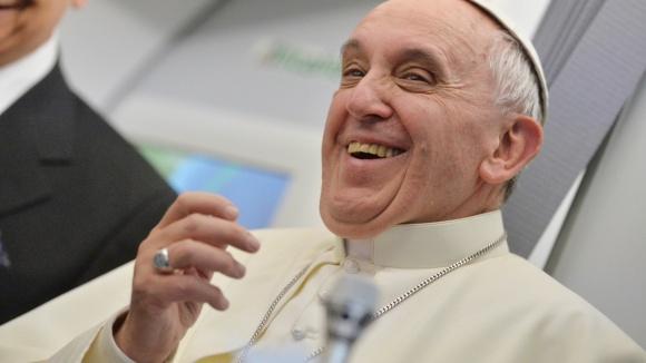 29jul2013---o-papa-francisco-concede-entrevista-coletiva-no-aviao-que-o-levou-do-rio-onde-participou-da-jornada-mundial-da-juventude-a-roma-o-pontifice-disse-que-se-uma-pessoa-e-gay-e-busca-deus-1375362930262_1920x108